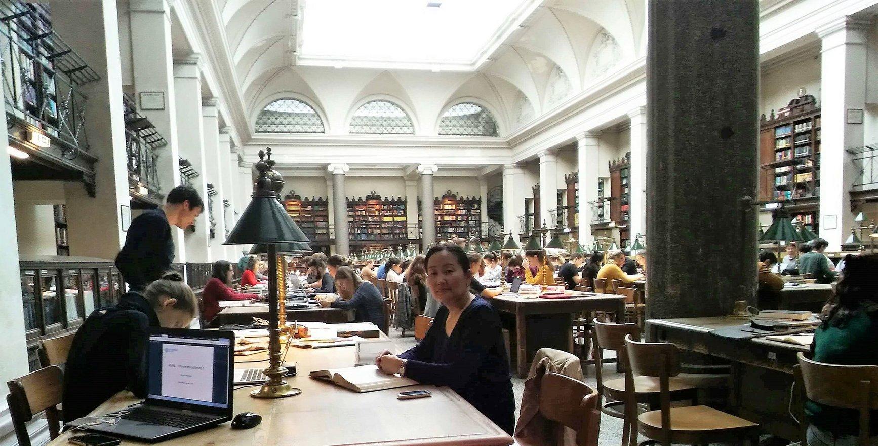 Munkhtsetseg Namsrai in der Hauptbibliothek der Universität Wien