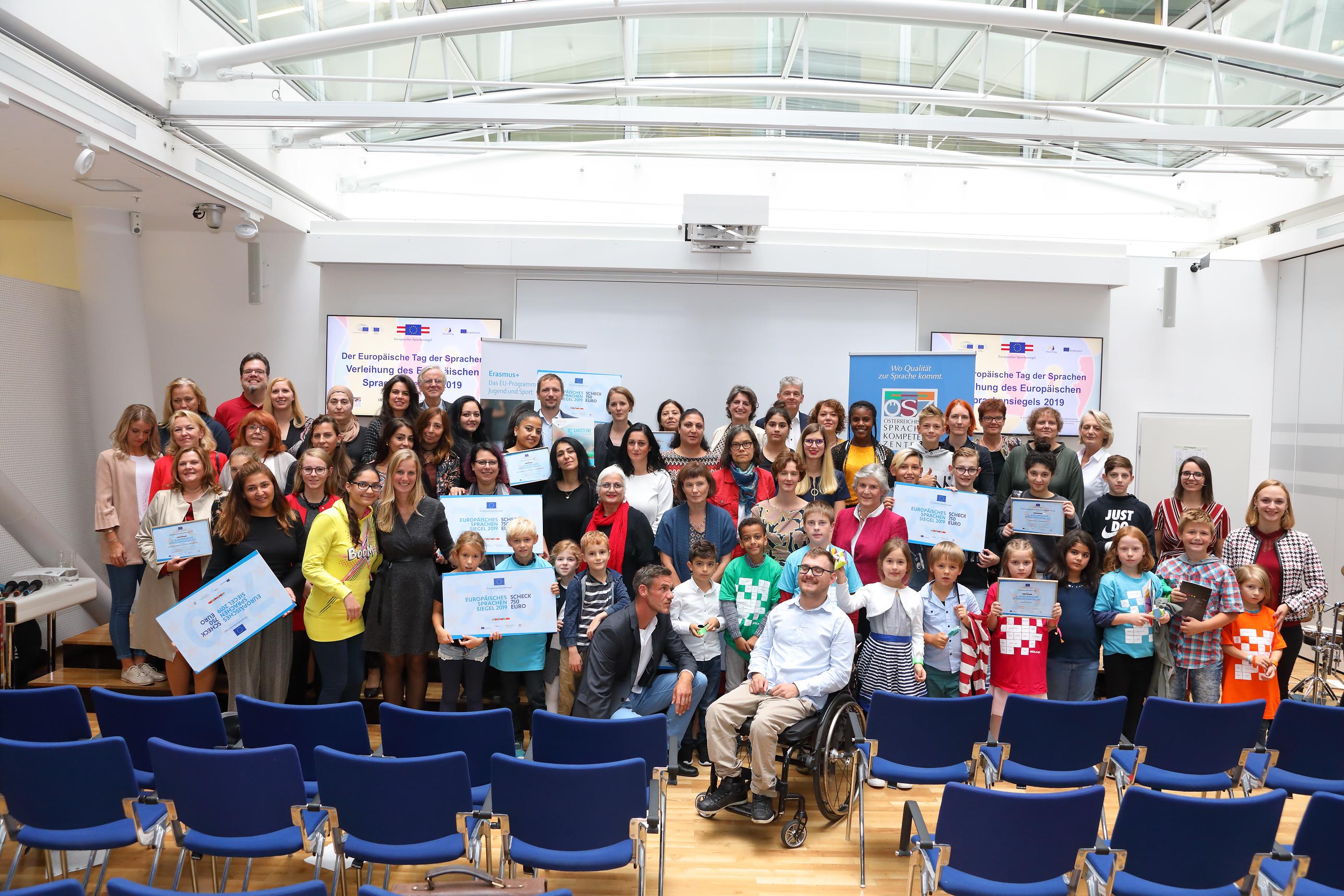 Gruppenfoto der Siegerinnen und Sieger des Sprachensiegels 2019