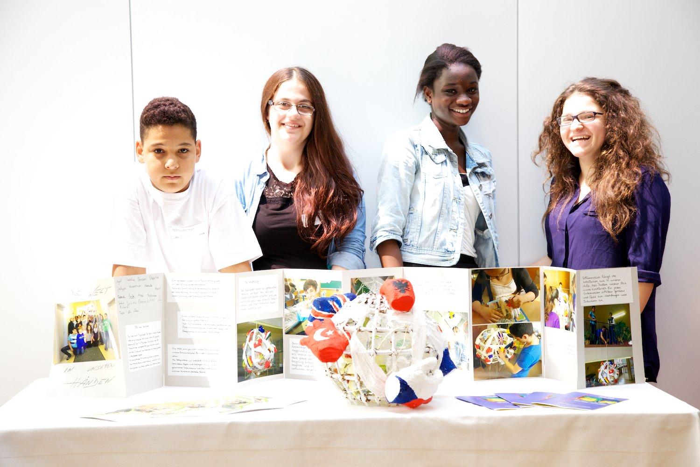 Schülerinnen und ein Schüler mit ihrem Projekt